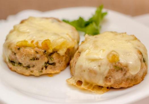 Рецепт куриных биточек с сыром моцарелла