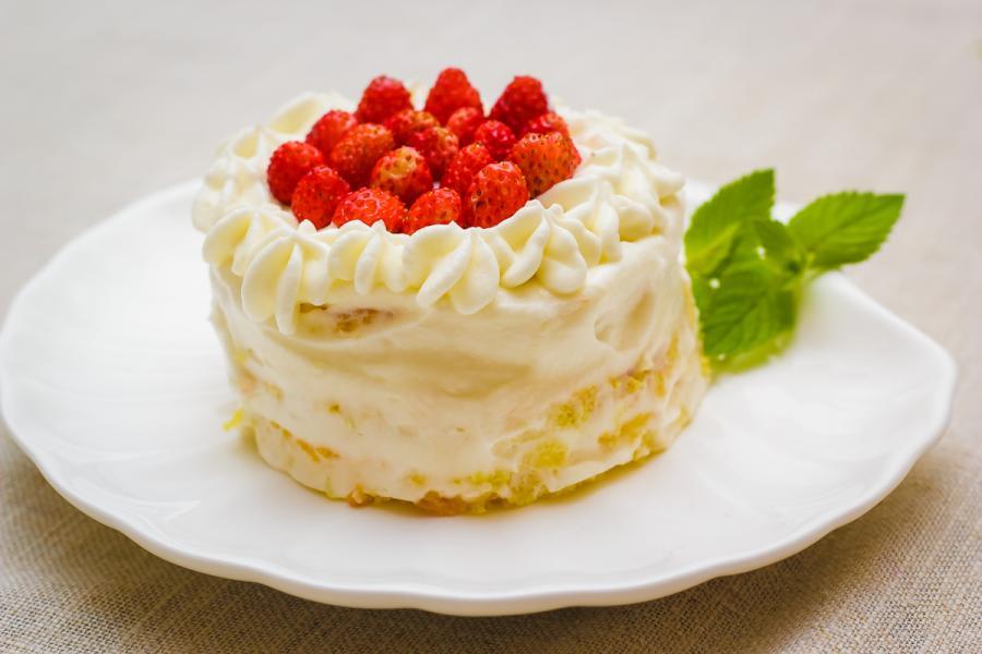 Рецепт бисквитного пирожного с земляникой